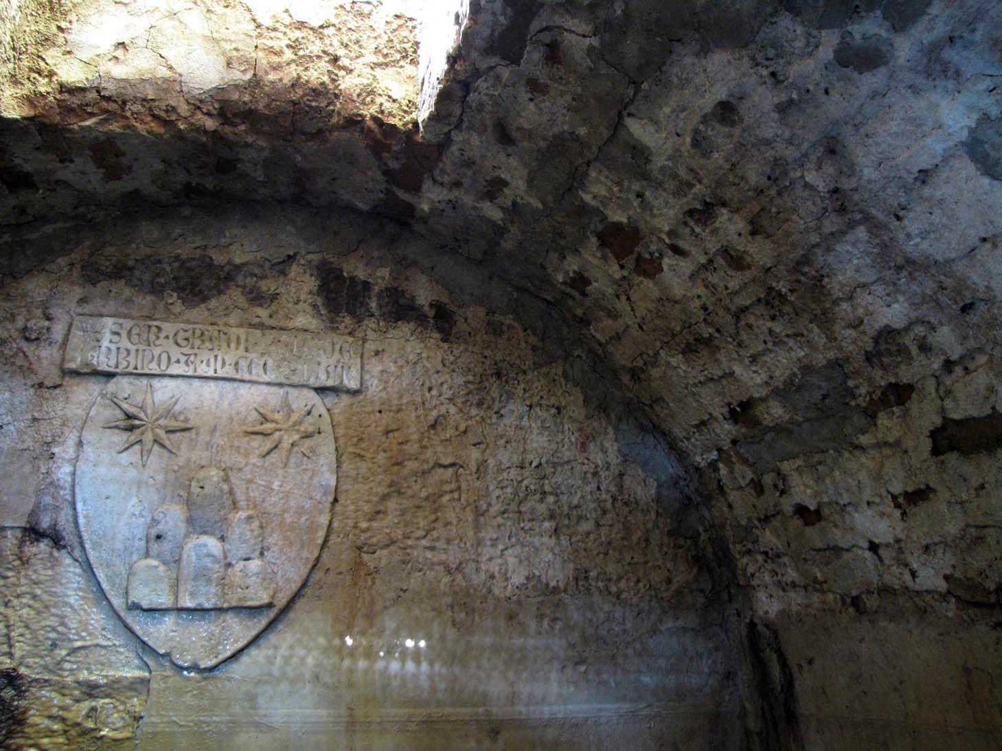 L'interno della fonte con lo stemma e l'iscrizione di Ser Gradolus