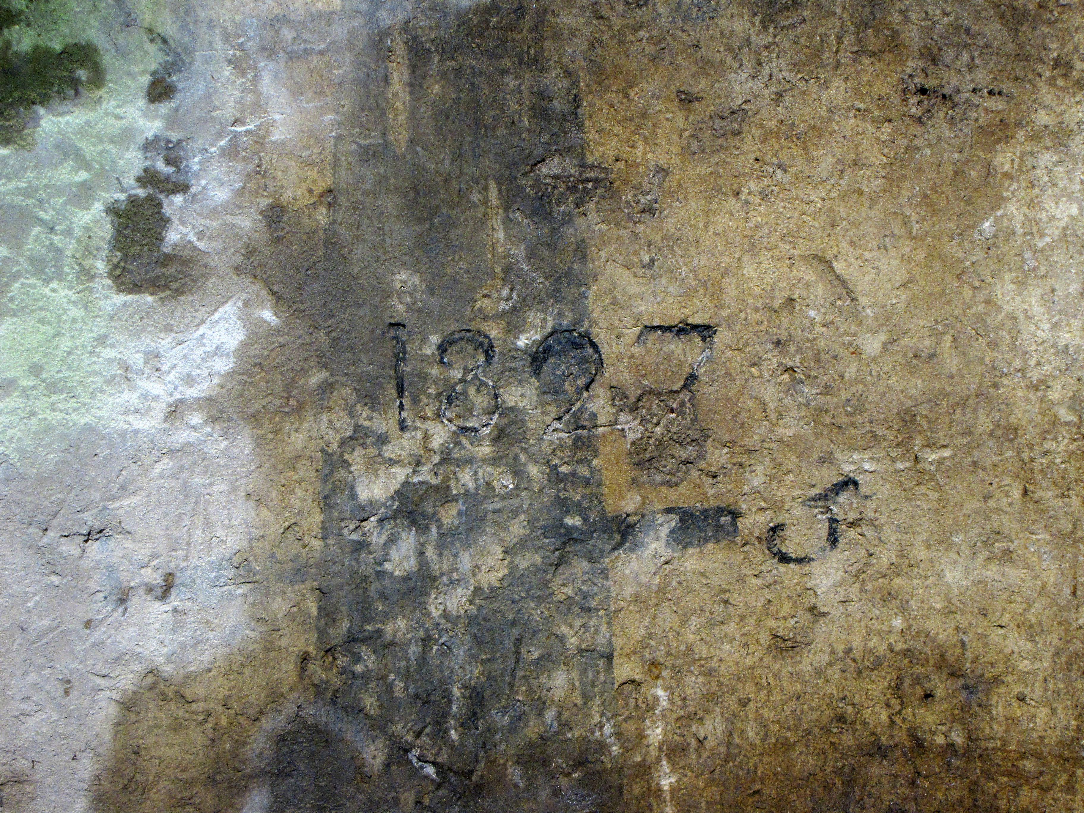 La data del 1827 incisa nell'intonaco della parete